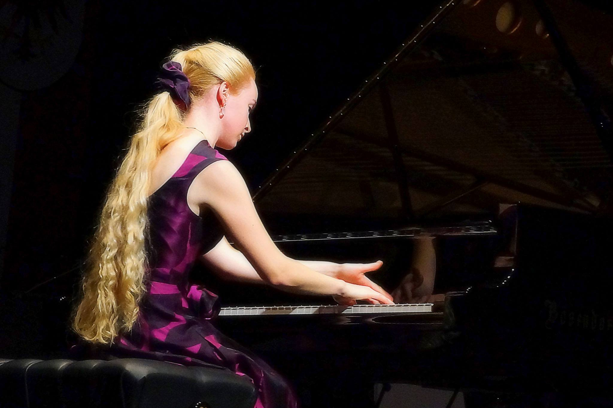 Viktoria Hirschhuber playing the piano